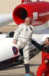 <p>Стив Фоссетт выходит из самолета после завершения полета в аэропорту Салина,Канзас 3 марта 2005 года. 3 марта 2005 года Стив Фоссет стал первым человеком, совершившим беспосадочный одиночный полет вокруг земного шара без дозаправки. Он приземлился в Канзасе после почти трех дней, проведенных в воздухе. REUTERS/Dave Kaup</p>