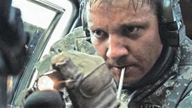"""<p>O ator Jeremy Renner em cena do filme """"Guerra ao Terror"""", nesta foto de divulgação sem data. Um sargento do Exército dos EUA abriu na terça-feira, 2 de março de 2010, um processo contra os produtores do filme, alegando que o protagonista do filme, indicado a vários Oscars, foi inspirado nele. REUTERS/Jonathan Olley/Summit Entertainment/Divulgação</p>"""