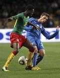 <p>Disputa de bola durante amistoso entre a Itália e Camarões, que terminou empatado em 0 x 0. REUTERS/Sebastien Nogier</p>