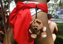 <p>Плюшевый мишка на традиционном костюме туземца во время карнавала в провинции Панпанга, Филиппины 6 ноября 2009 года. Хватит дарить подругам и женам домашних питомцев, гантели и слащавых плюшевых мишек! REUTERS/Erik de Castro</p>