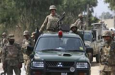 <p>Пакистанские солдаты на месте взрыва у города Пешавар на северо-западе Пакистана 23 февраля 2010 года. Как минимум 10 человек погибли в результате нападения на группу людей, охраняемых сотрудниками служб безопасности Пакистана, экстремиста- смертника на северо-западе страны, сообщила полиция. REUTERS/K. Parvez</p>