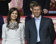 <p>Chelsea owner Roman Abramovich stands with his Russian model girlfriend Daria Zhukova before the UEFA Champions League final between Chelsea and Manchester United at the Luzhniki stadium in Moscow May 21, 2008 file photo. REUTERS/Eddie Keogh</p>