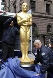 <p>Una estatua de un Oscar es llevada para la fiesta oficial de los premios Oscar en el hotel Palace, de Nueva York. Marzo 4 2010. Taylor Lautner no es miembro de la Academia de Artes y Ciencias Cinematográficas. Woody Allen y George Lucas tampoco. REUTERS/Brendan McDermid</p>