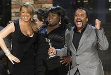 """<p>La cantante Mariah Carey, la actriz Gabourey Sidibe (C) y el director Lee Daniels celebran después que el filme """"Precious"""" ganara en la noche del viernes el premio Spirits a mejor película en Los Angeles. REUTERS/Mario Anzuoni</p>"""