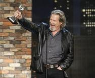 """<p>Foto del actor Jeff Bridges celebrando en la noche del viernes tras ganar el premio Spirit a mejor actor por el filme """"Crazy Heart"""" en Los Angeles.REUTERS/Mario Anzuoni</p>"""