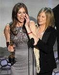 """<p>Kathryn Bigelow (esq.) recebe Oscar de melhor direção por """"Guerra ao Terror"""" junto à apresentadora do prêmio Barbra Streisand durante a 82a edição do Oscar em Hollywood. 07/03/2010 REUTERS/Gary Hershorn</p>"""