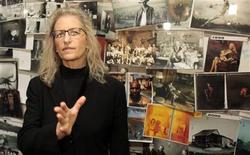"""<p>Photographer Annie Leibovitz briefs the media during the opening of the exhibition """"Annie Leibovitz: A Photographer's Life, 1990-2005"""" in Vienna October 29, 2009. REUTERS/Herwig Prammer</p>"""