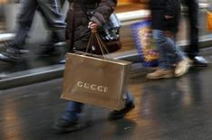 <p>Italian shoppers stroll along Condotti street during the Christmas season in downtown Rome December 21, 2009 file photo. REUTERS/Alessia Pierdomenico</p>