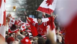 <p>Канадские хоккейные болельщики радуются победе их сборной на Зимних Олимпийских играх в Ванкувере, 28 февраля 2010 года. Хоккей является национальной идеей в Канаде, заставляя считаться с собой даже таких приверженцев четких правил, как авиакомпании. REUTERS/Chris Helgren</p>