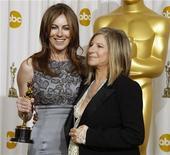"""<p>La directora de """"The Hurt Locker"""", Kathryn Bigelow (izquierda) posa con el Oscar a Mejor Filme junto a la presentadora y actriz Barbra Streisand en Hollywood, mar 7 2010. REUTERS/Lucy Nicholson (UNITED STATES)</p>"""
