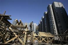 <p>Workers are seen at a construction site next to newly-built apartment blocks in central Beijing January 11, 2010. REUTERS/Jason Lee</p>