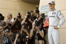 <p>Schumacher posa para fotops em Manama. Lewis Hamilton pode sonhar em um dia interpretar no cinema o agente James Bond, mas o heptacampeão Michael Schumacher disse nesta quinta-feira que esse papel já é dele.11/03/2010.REUTERS/Caren Firouz</p>