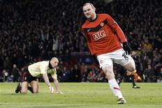 <p>Rooney comemora gol contra o Milan, em Manchester. Wayne Rooney voltou a marcar duas vezes e o Manchester United avançou para as quartas-de-final da Liga dos Campeões ao derrotar o Milan por 4 x 0 nesta quarta-feira.10/03/2010.REUTERS/Darren Staples</p>