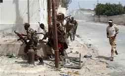 """<p>Правительственные войска Сомали занимают позиции во время боя с боевиками-исламистами в Могадишо 11 марта 2010 года. Исламистская группировка """"аль- Шабааб"""" третий день ведет бой с войсками Африканского союза, поддерживающими правительство, в столице Сомали, сообщают жители Могадишо. REUTERS/Feisal Omar</p>"""