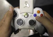 <p>Imagen de archivo de una persona sosteniendo un control de la consola Xbox 360, mientras participa de una convención de juegos en Singapur. Sep 17 2009. Las ventas de videojuegos y consolas en Estados Unidos cayeron un 15 por ciento en febrero en su segundo mes consecutivo de declive, pero deberían recuperarse en marzo ante nuevos lanzamientos, según el observador de la industria NPD. REUTERS/Vivek Prakash/ARCHIVO</p>