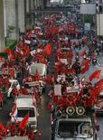 <p>Сторонники бывшего премьера Таиланда Таксина Чинавата проводят демонстрации в Бангкоке 15 марта 2010 года. Десятки тысяч протестующих прошли маршем по Бангкоку в понедельник после того, как премьер-министр Таиланда Абхисит Ветчачива отклонил их требование провести новые выборы в обстановке политической напряженности. REUTERS/Chaiwat Subprasom</p>