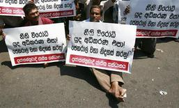 <p>Members of the opposition Democratic National Alliance hold a silent protest against the arrest of defeated presidential candidate General Sarath Fonseka in Colombo, 15 March, 2010. REUTERS/Andrew Caballero-Reynolds</p>