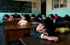 <p>Immagine d'archivio di bambini che dormono a scuola. REUTERS/Aly Song</p>