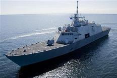 <p>Корабль USS Freedom во время тестов на озере Мичиган недалеко от Маринетт, штат Висконсин, 28 июля 2008 года. Новый корабль военно-морских сил США захватил 2.127 килограмм кокаина благодаря своей высокой скорости, сообщили представители ВМС в понедельник. REUTERS/U.S. Navy/Lockheed-Martin/Handout</p>