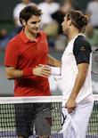 <p>Roger Federer (sinistra) e il cipriota Marcos Baghdatis si stringono la mano dopo la partita a Indian Wells, California, in cui il tennista svizzero è stato sconfitto a sorpresa. REUTERS/Kevin Lamarque</p>