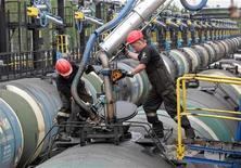 <p>Рабочие Роснефти на терминале отгрузки нефти в Приводино, в 750 км к юго-востоку от Архангельска 29 мая 2007 года. Крупнейшему российскому экспортеру нефти Роснефти могут грозить перебои с продажей нефти из-за предписаний судов в США и Великобритании, которые фактически делают невозможными платежи в адрес компании в долларах США, сказали Рейтер несколько трейдеров и источников в отрасли. REUTERS/Sergei Karpukhin</p>