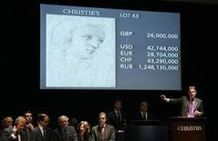 <p>Торги в аукционном доме Christie's в Лондоне 8 декабря 2009 года. Аукционный дом Christie's говорит о возрождении рынка предметов искусства XX века, отмечая особый ажиотаж среди покупателей из США. REUTERS/Luke MacGregor</p>