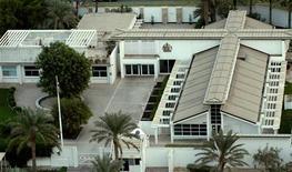 <p>Британское посольство в Бахрейне 9 ноября 2003 года. Бахрейнский подросток был арестован полицией по подозрению в том, что бросил небольшое взрывное устройство в посольство Великобритании в Манаме, сообщили местные СМИ. REUTERS/Hamad I Mohammed</p>