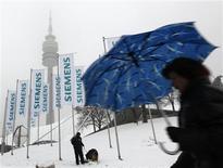 <p>L'allemand Siemens a dévoilé un projet de suppression de 4.200 emplois à travers le monde dans sa branche de technologies de l'information SIS d'ici l'automne 2011. /Photo d'archives/REUTERS/Michaela Rehle</p>