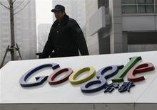 <p>Google pourrait annoncer lundi si le groupe décide ou non de se retirer de Chine, selon le China Business News, qui cite un salarié non identifié du premier moteur de recherche sur internet. /Photo prise le 19 mars 2010/REUTERS/Jason Lee</p>