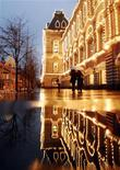 <p>Люди проходят мимо ГУМа в Москве 26 ноября 2007 года. Пришедшее в Москву теплосохранится до выходных, а в воскресенье температура воздуха может подняться до плюс 12, обещают ведущие синоптики. REUTERS/Oksana Yushko</p>