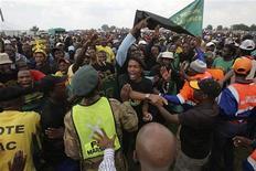 <p>Membros do Congresso Nacional Pan-Africano (PAC) protestam durante aniversário de 50 anos do massacre de Sharpeville. A população exigiu melhora em moradia, empregos e serviços básicos de infraestrutura. 21/03/2010 REUTERS/Stringer</p>