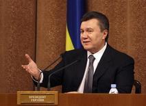 <p>Президент Украины Виктор Янукович обращается к аудитории в Симферополе 18 марта 2010 года. Новый президент Украины Виктор Янукович поручил подконтрольному правительству в течение 60 дней подготовить программу давно назревших экономических реформ. REUTERS/Andriy Mosienko/Pool</p>