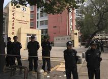 """<p>Полицейские оцепили вход в здание школы, где мужчина насмерть заколол шестерых школьников и ранил еще семерых детей, город Наньпин провинции Фуцзянь, 23 марта 2010 года. Мужчина насмерть заколол шестерых школьников и ранил еще семерых детей, когда те шли в школу на юго-востоке Китая, сообщает информационное агентство """"Синьхуа"""". REUTERS/China Daily</p>"""