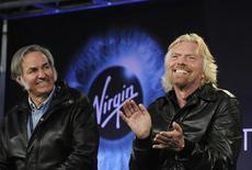 <p>Разработчик космических аппаратов Берт Рутан (слева) и миллиардер Ричард Брэнсон выступают на пресс-конференции в Мохаве, штат Калифорния, 7 декабря 2009 года. Частный суборбитальный корабль Enterprise, принадлежащий космическому оператору Virgin Galactic, совершил первый пробный полет над пустыней Мохаве в Калифорнии. REUTERS/Phil McCarten</p>