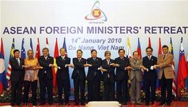 <p>Министры иностранных дел стран АСЕАН на встрече в Дананге 14 января 2010 года. Ассоциация стран Юго-Восточной Азии (АСЕАН), состоящая из 10 стран, обсудит на апрельском саммите стратегии сворачивания стимулирующих мер, принятых во время финансового кризиса, сообщила японская газета Nikkei во вторник. REUTERS/Kham</p>