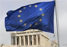 <p>Флаг Евросоюза напротив Акрополя в Афинах 5 марта 2009 года. Германия во вторник впервые дала понять, что может согласиться с тем, что Европа окажет финансовую помощь Греции, но только при условии, что в этом процессе будет участвовать Международный валютный фонд, а партнеры по еврозоне примут более жесткие правила бюджетной дисциплины. REUTERS/John Kolesidis</p>