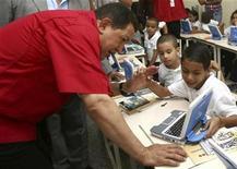 <p>Foto de archivo del presidente venezolano, Hugo Chávez, con un grupo de niños durante el lanzamiento del proyecto Canaima en Caracas, sep 21 2009. Las redes sociales han experimentado un fugaz crecimiento en Venezuela durante los últimos años, contribuyendo a que la fuerte polarización que vive el país en torno al proyecto socialista que lidera el presidente Hugo Chávez también se esté propagando con fuerza a internet. REUTERS/Miraflores Palace/Handout</p>