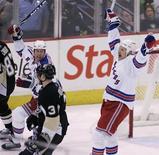 """<p>Игроки """"Рейнджерс"""" радуются забитому в ворота """"Питсбурга"""" голу в Питсбурге 12 февраля 2010 года. Очередной раунд нью-йоркского дерби в регулярном чемпионате Национальной хоккейной лиги закончился убедительной победой """"Рейнджерс"""" над """"Айлендерс"""" со счетом 5-0. REUTERS/Jason Cohn</p>"""