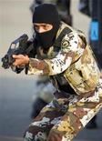 """<p>Солдат армии Саудовской Аравии во время учений в городе Джедда 22 ноября 2009 года. В Саудовской Аравии арестованы 113 членов группировки """"аль-Каида"""", которые планировали атаки на объекты энергетики ведущего экспортера нефти, сообщили власти страны. REUTERS/Caren Firouz</p>"""