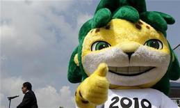 <p>Zakumi, o mascote oficial da Copa do Mundo da África do Sul, participa de inauguração do local do Hope Festival em Johanesburgo. A Fifa determinou que o prêmio de melhor jogador da Copa será votado pelos fãs. 25/03/2010 REUTERS/Siphiwe Sibeko</p>
