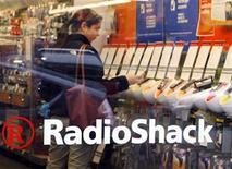<p>Imagen de archivo de una tienda Radio Schack en Cambridge. Abr 28 2008. La minorista de electrónica RadioShack Corp explora alternativas estratégicas que incluyen una recompra de acciones o una posible venta de la firma que podría totalizar más de 3.000 millones de dólares, reportó el New York Post, que citó a fuentes cercanas a la situación. REUTERS/Brian Snyder/ARCHIVO</p>