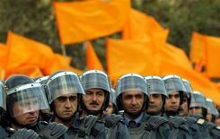 <p>Полицейские следят за ходом демонстрации оппозиции в Баку 9 ноября 2005 года. Министерство национальной безопасности (МНБ) Азербайджана сегодня сообщило об аресте группы лиц, которые, по данным спецслужб, планировали террористические акты в Баку. REUTERS/David Mdzinarishvili</p>