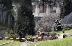 <p>Firefighters work on a collapsed part of the ancient Domus Aurea site, Roman emperor Nero's Golden Palace, in front of the Colosseum in Rome March 30, 2010. REUTERS/Alessandro Bianchi</p>