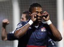 <p>Michel Bastos comemora gol na vitória do Lyon sobre o Girondins Bordeaux pela Liga dos Campeões. REUTERS/Jean-Paul Pelissier</p>