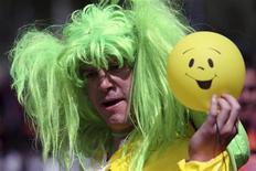 """<p>Участник музыкального парада Les Vieilles Charrues держит мячик-""""смайлик"""" в Карэ , Франция 17 июля 2009 года. Количество радостных """"смайликов"""" в интернете в марте было в 4,3 раза больше, чем грустных, подсчитал один из крупнейших русскоязычных поисковиков Яндекс. REUTERS/Stephane Mahe (FRANCE ENTERTAINMENT)</p>"""