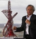 <p>Скульптор Аниш Капур представляет модель спиралевидной башни, которая будет посроена рядом с Олимпийским стадионом в Лондоне, 31 марта 2010 года. Красная спиралевидная башня, дизайнером которой стал известный скульптор Аниш Капур, будет воздвигнута рядом с Олимпийским стадионом в Лондоне, сообщил мэр города. REUTERS/Stefan Wermuth</p>