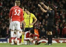 <p>Cesc Fábregas, do Arsenal, sofreu uma lesão na perna direita durante jogo contra o Barcelona e desfalcará o clube por seis semanas. REUTERS/Albert Gea</p>
