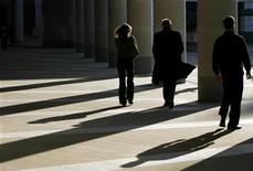 <p>Workers walk outside the London Stock Exchange October 16, 2008. REUTERS/Andrew Winning</p>