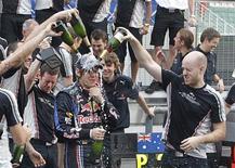 <p>A equipe Red Bull comemora com Vettel a vitória na Malásia. Sebastian Vettel, da Red Bull, conquistou a vitória no Grande Prêmio da Malásia de Fórmula 1 neste domingo. O piloto alemão ficou no posto mais alto do pódio à frente do companheiro de equipe Mark Webber e de Nico Rosberg, da Mercedes.04/04/2010.REUTERS/Zainal Abd Halim</p>