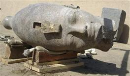 <p>Foto de archivo de un nuevo descubrimiento del Consejo Supremo de antiguedades de Egipto en Kom el-Hetan, una cabeza de granito rojo de 3.400 años que fue parte de una estatua del faraón Amenhotep III, en el templo mortuorio del faraón en Luxor. REUTERS/Consejo Supremo de Egipto</p>